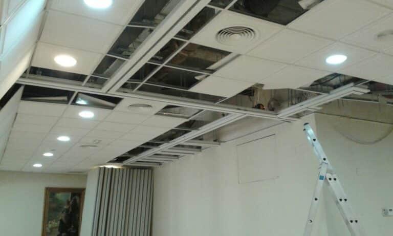 Instalación de guías de tabique móvil entre la talla del techo - Vimetra.com