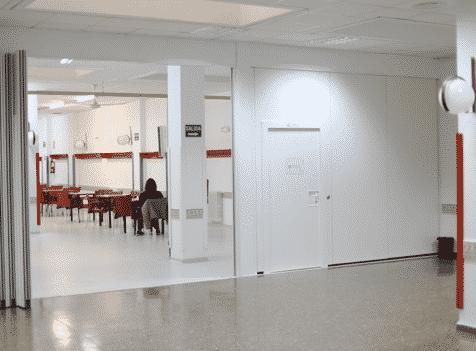 Tabique móvil con puerta en centro de día en Valencia - Vimetra.com