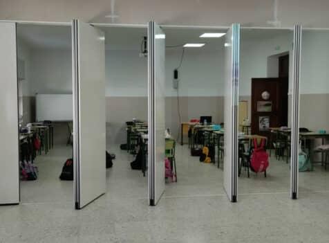 Tabique móvil abierto en aula de colegio - Vimetra.com