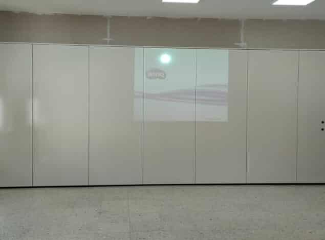 Tabique móvil en aula de colegio - Vimetra.com