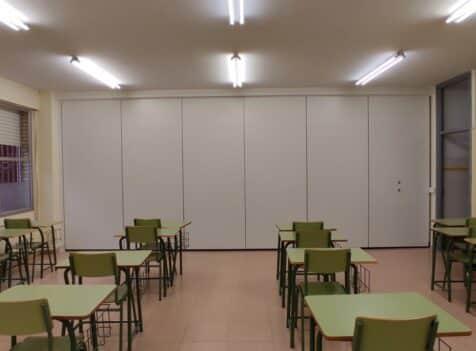 Tabique móvil en aula de centro educativo - Vimetra.com