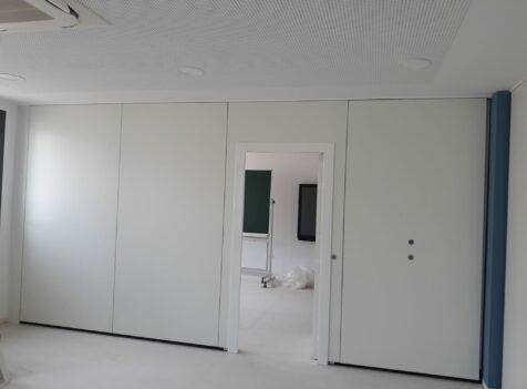 Tabique móvil con puerta instalado en un centro educativo de Formentera - Vimetra.com